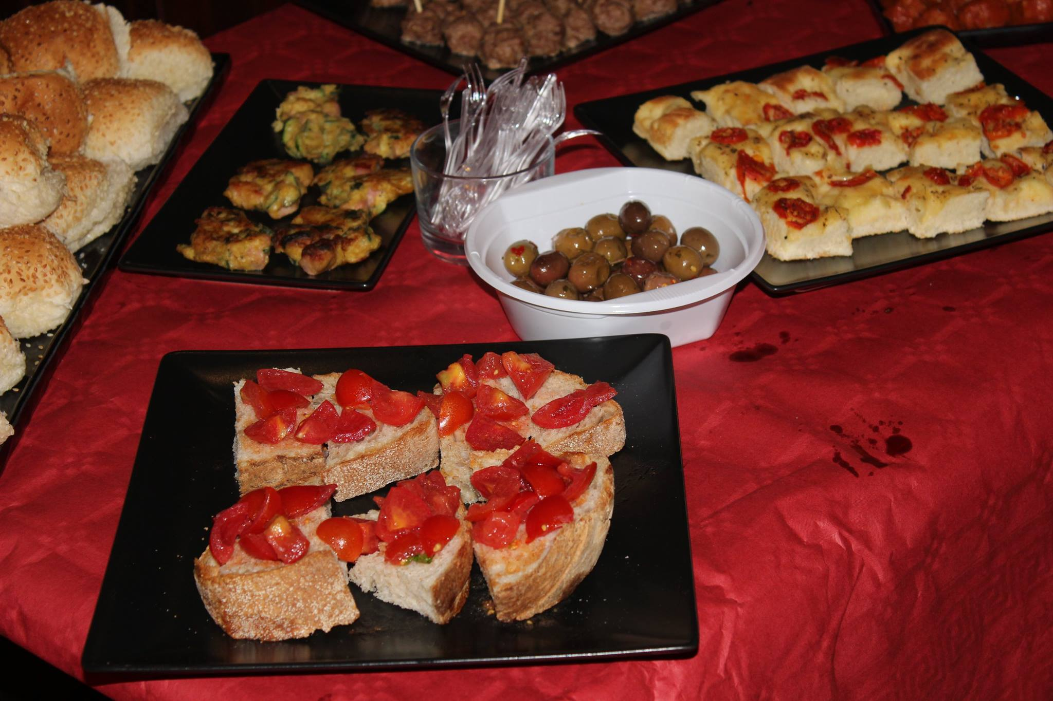 delle bruschette con pomodori freschi, olive taggiasche,pizzette e altro