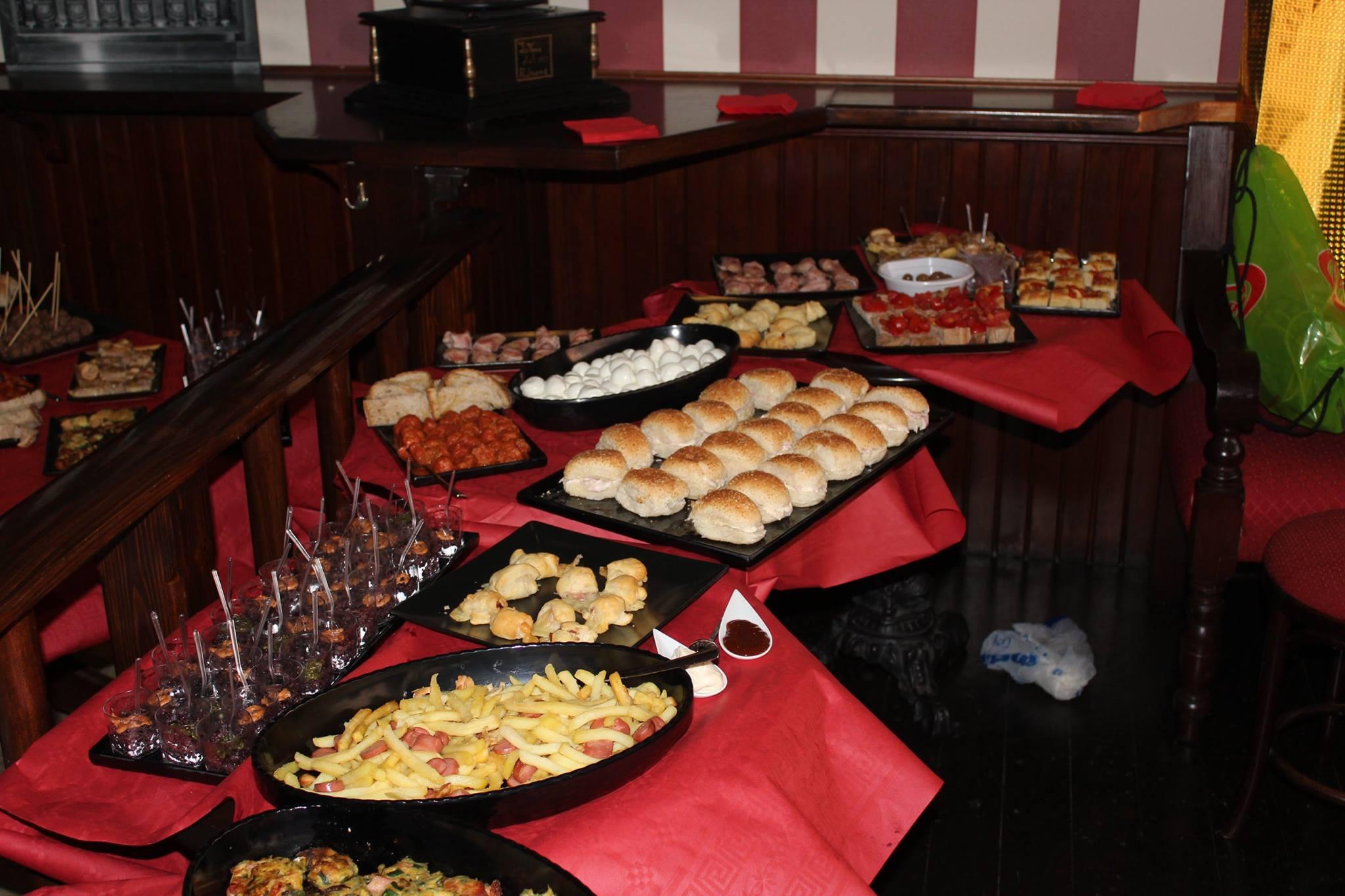 dei panini, un vassoio con patatine e wurstel e altre specialita'