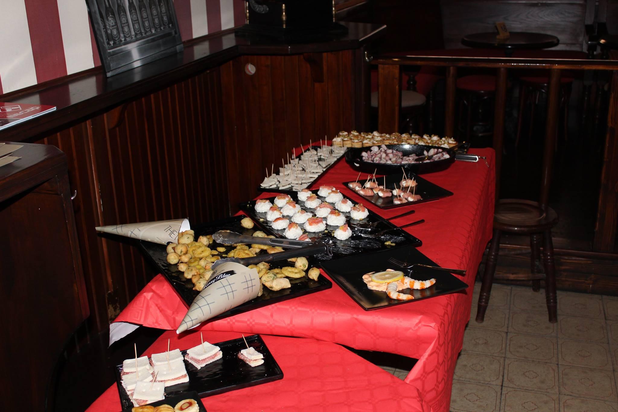 delle tartine, tramezzini, gamberi e altre specialità'