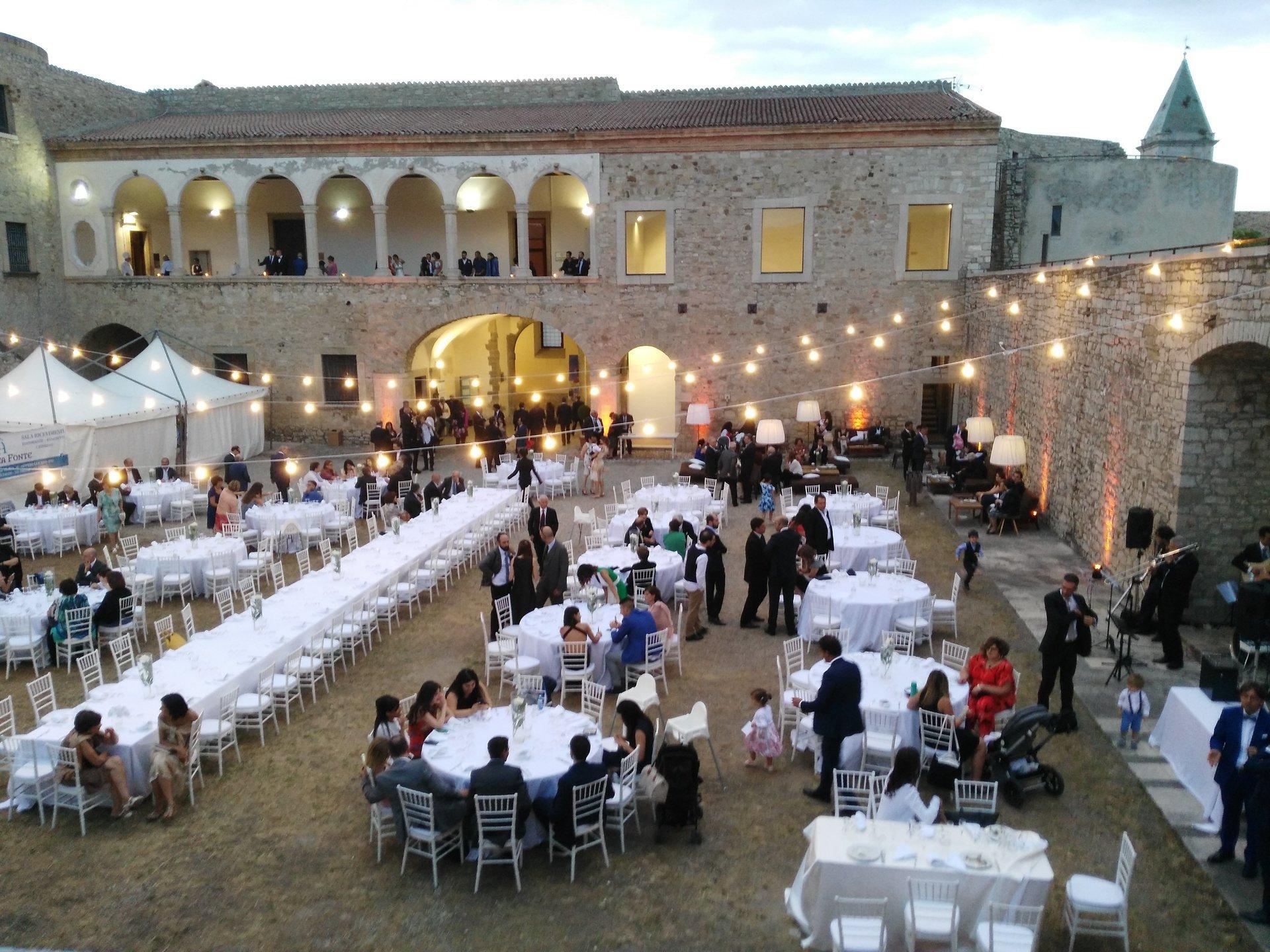 invitati a un matrimonio all'aperto