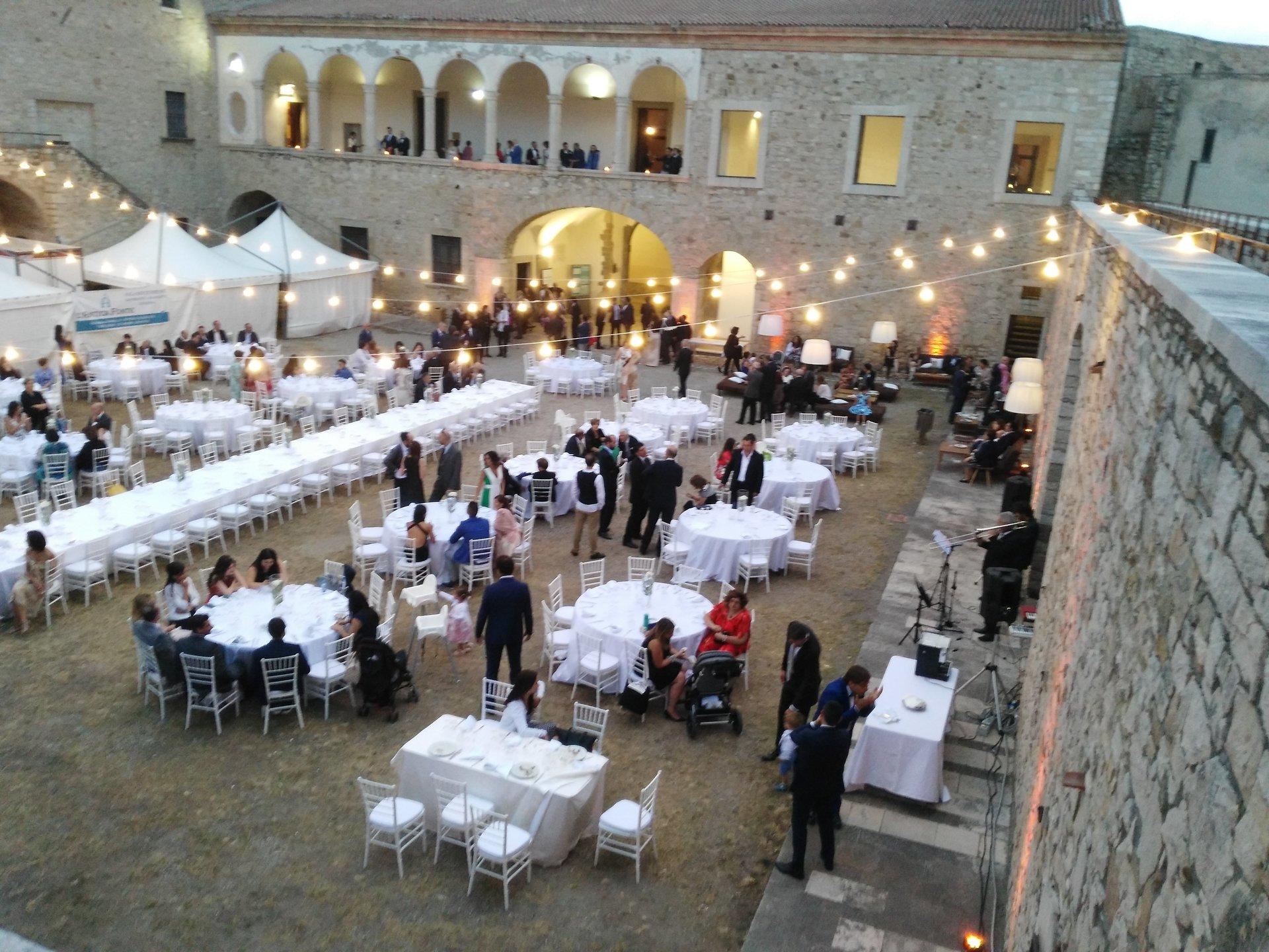 tavolate bianche per celebrazione evento all'aperto