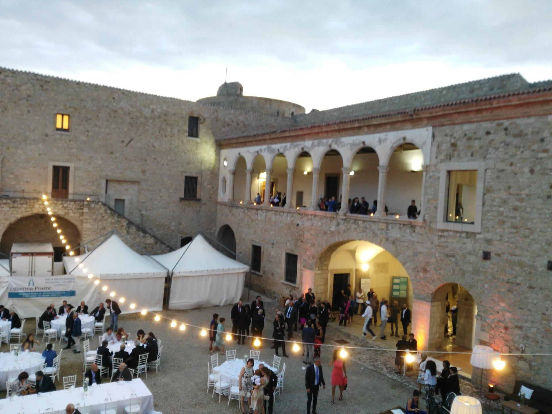 evento organizzato all'aperto con decorazioni bianche