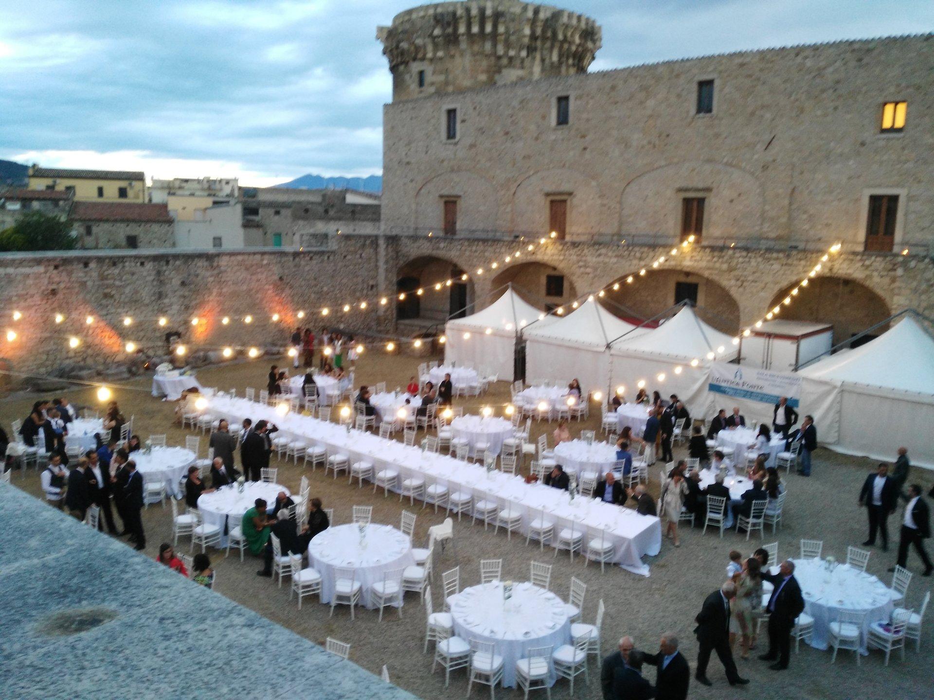 festa di matrimonio celebrata all'aperto