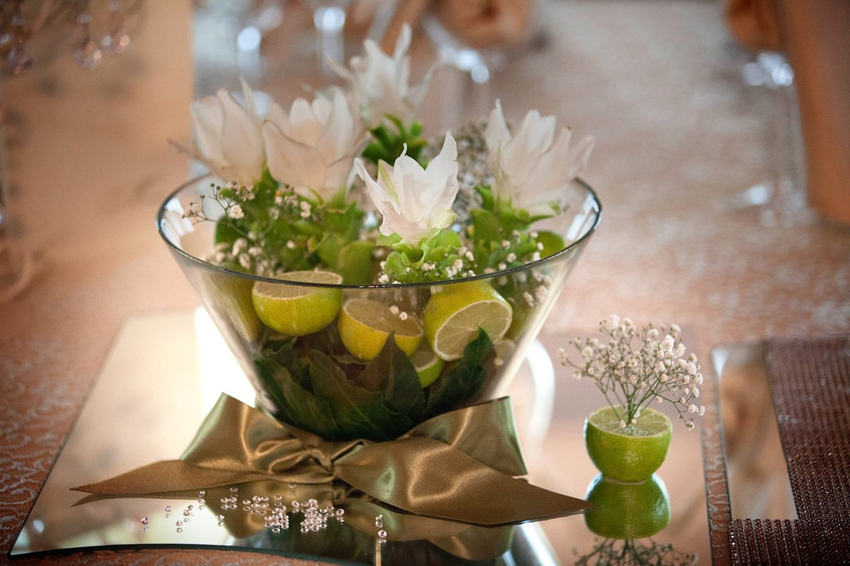 disposizione dei fiori in un vaso con limone