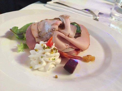 piatto con carne tagliate, verdure e crema