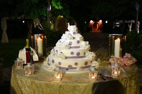 decorazione su un tavolo con torta e candele