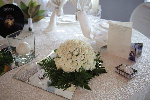 mazzo di rose bianche su un tavolo
