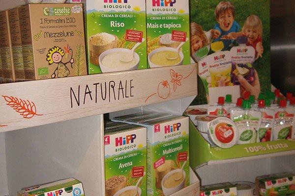 Degli scaffali con dei prodotti bio
