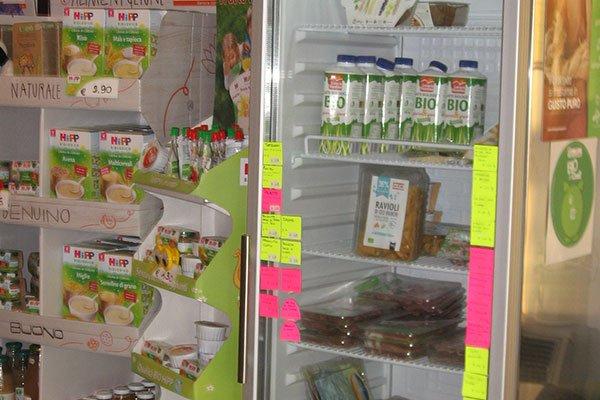 Un frigo con delle bottiglie con scritto Bio