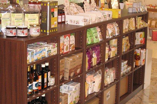 Un mobile di legno con dei prodotti alimentari