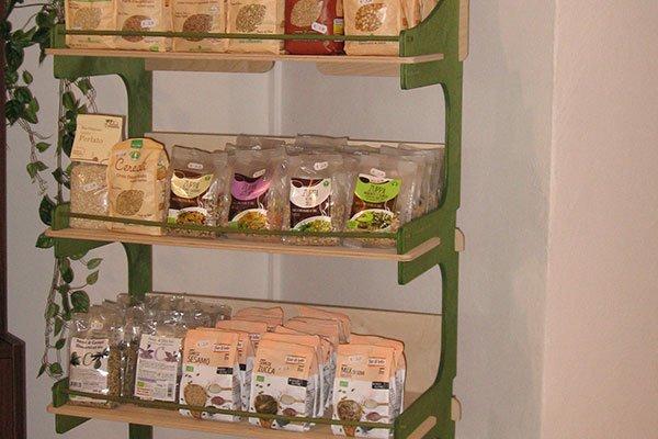 Uno scaffale con delle confezioni di cereali biologici