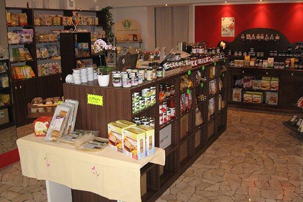 Degli scaffali di legno con dei prodotti alimentari all'interno di un negozio