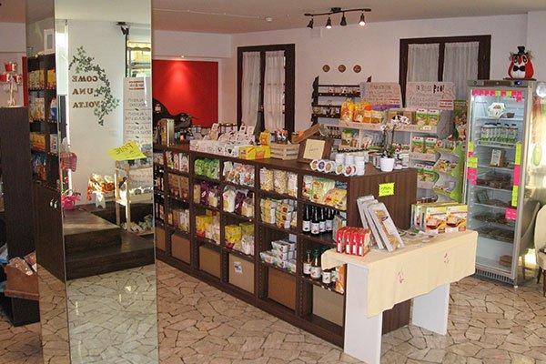 Una colonna con uno specchio e dei mobili con dei prodotti alimentari