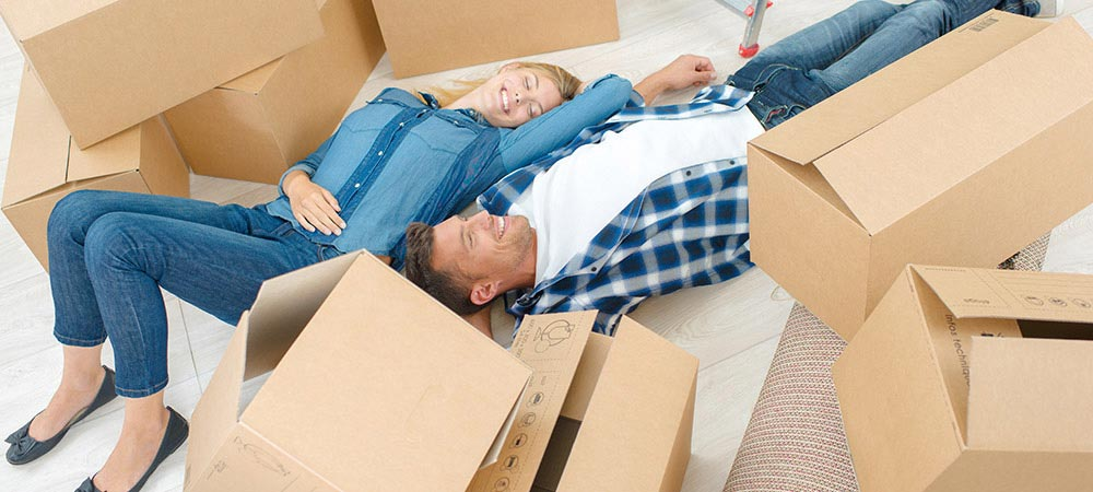 couple-with-moving-boxes