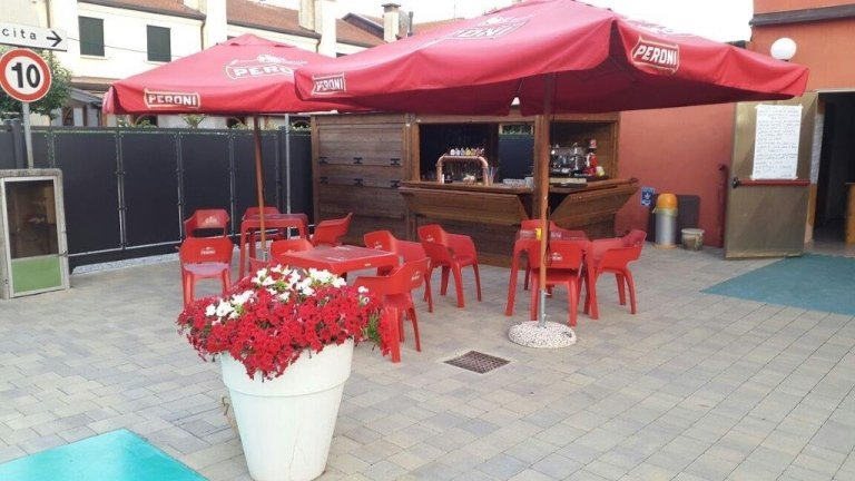 Aperitifs outdoors in Cadoneghe with live music