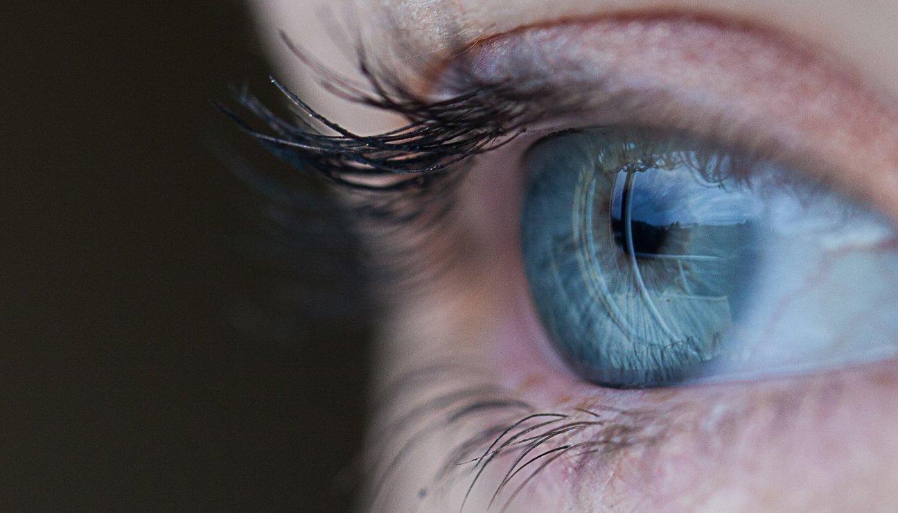 primo piano di un occhio azzurro