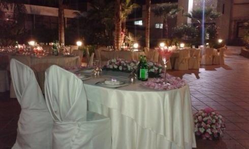 giardino con tavoli