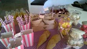 Allestimenti colorati con candeline, tavola apparecchiata in rosa e fiocchi ad una festa privata a Bari