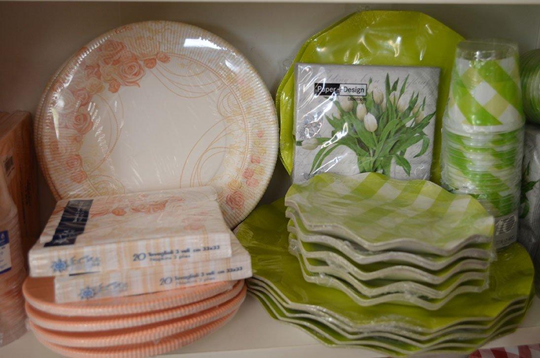 Completi di piatti di plastica, bicchieri e tovaglioli decorati per feste a Bari