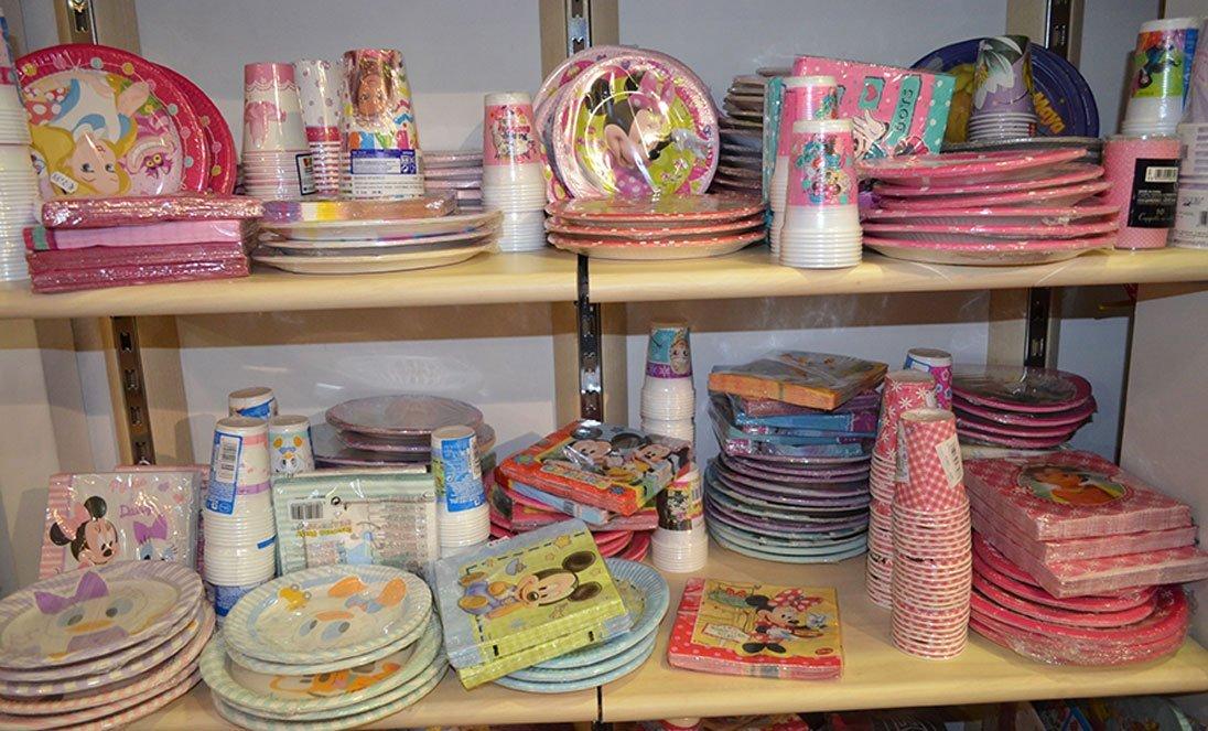 Servizi di piatti, bicchieri e tovaglioli colorati per feste e compleanni a Bari