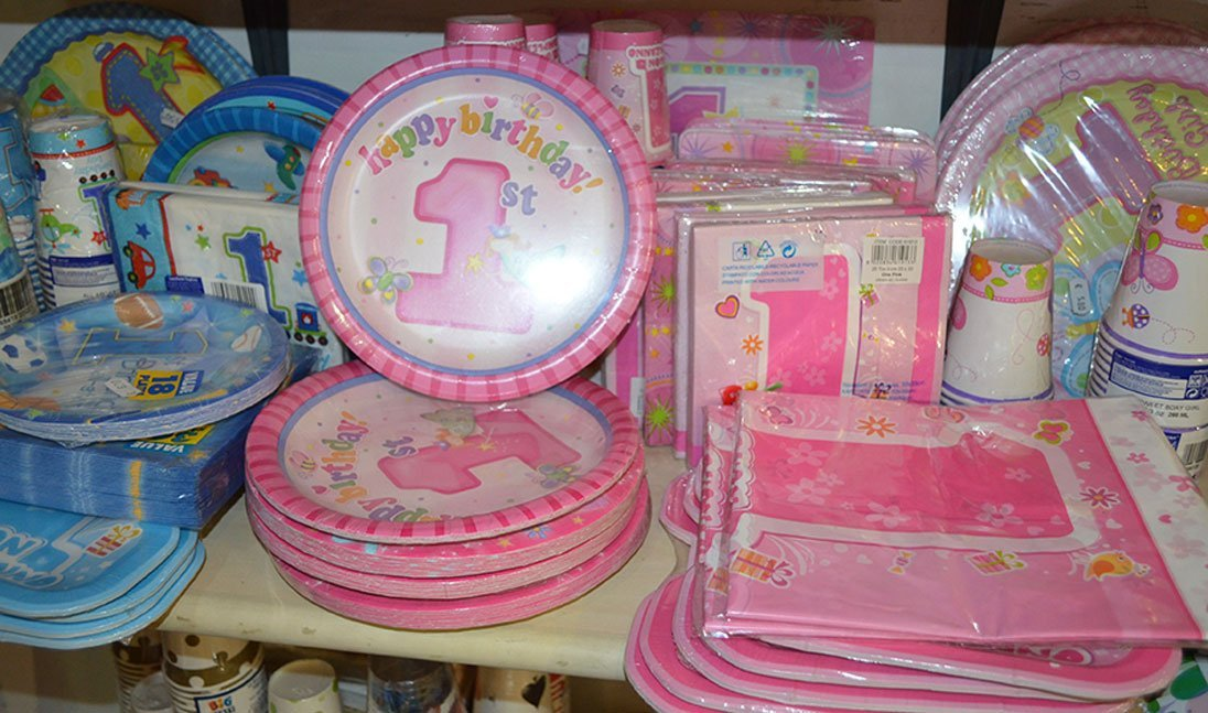 Servizi di piatti, bicchieri e tovaglioli di plastica o carta per il primo compleanno a Bari