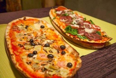 due pizze ovali servite su un tagliere