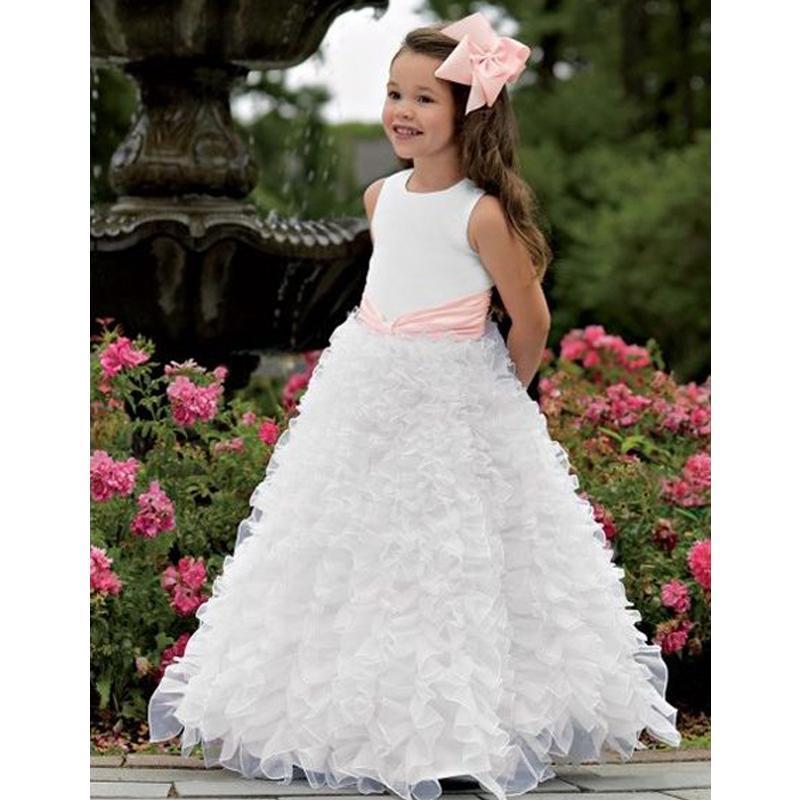 piccola damigella con vestito bianco
