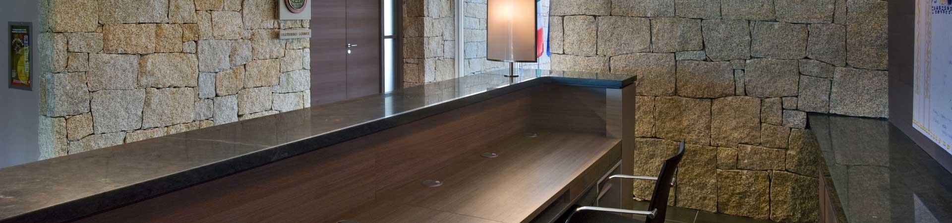 scrivania con decorazione in granito