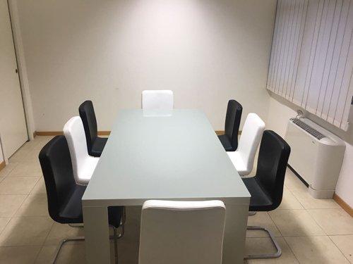scrivania e sedie per riunioni