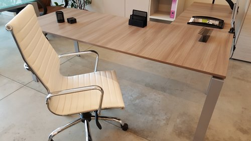 sedia e scrivania in legno