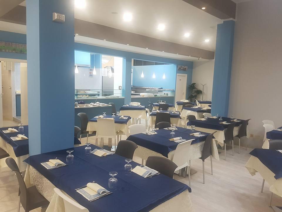tavoli e cucina sala ristorante
