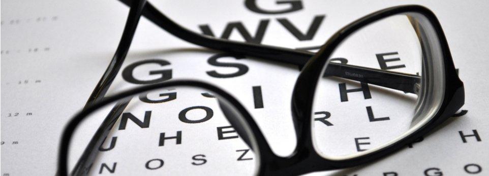 tabella per esame della vista con occhiali