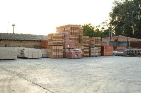 vasto magazzino per materiale edile