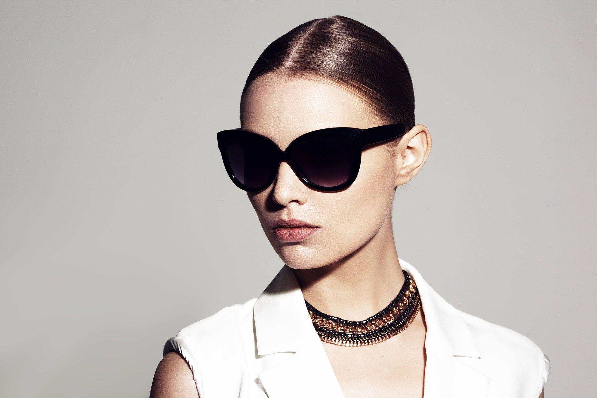 modella indossa occhiali da sole