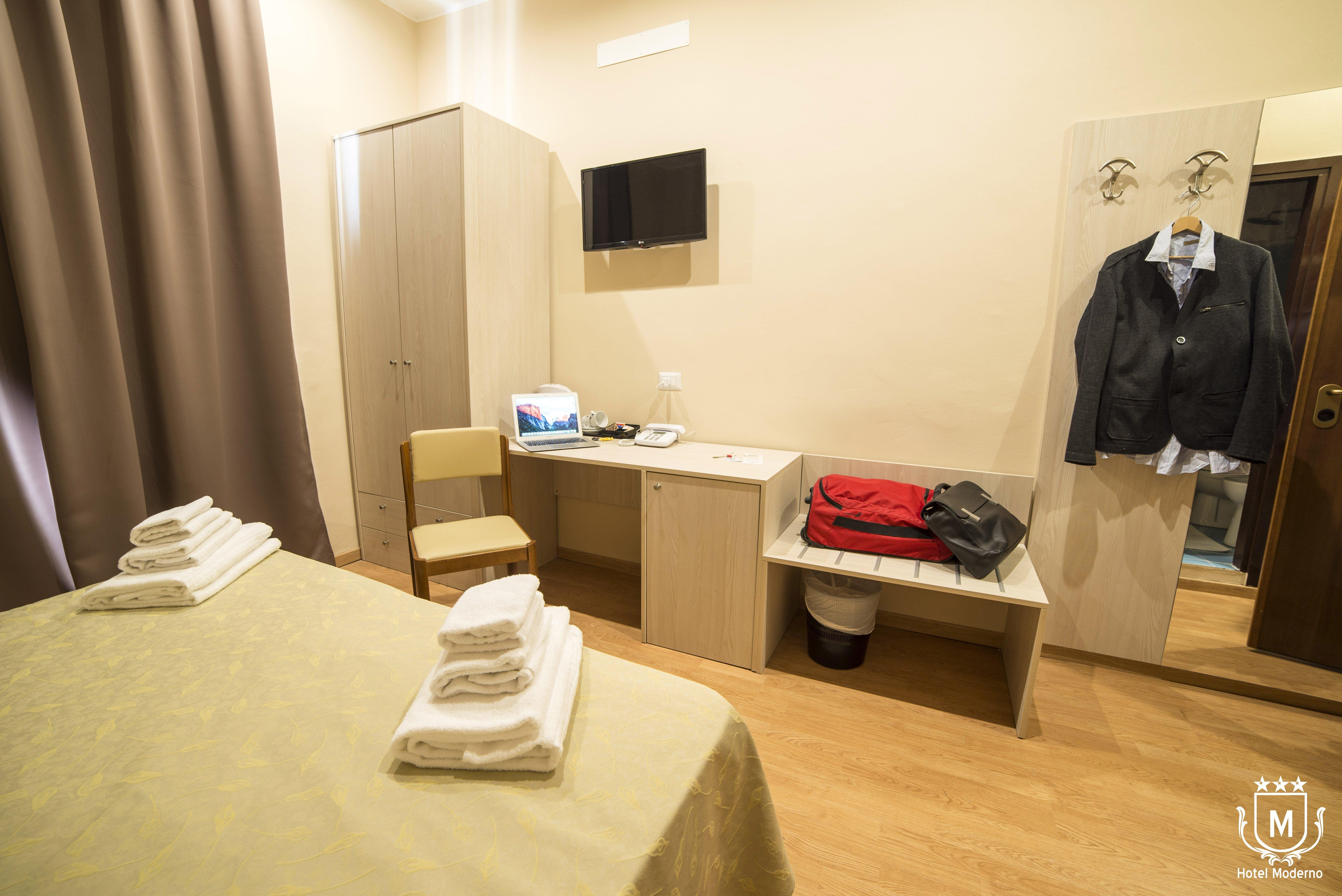 camera di hotel con scrivania