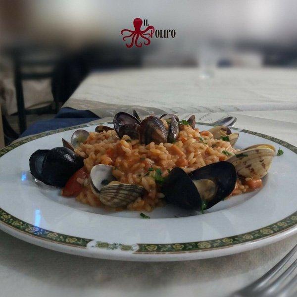 piatto di risotto con vongole e cozze