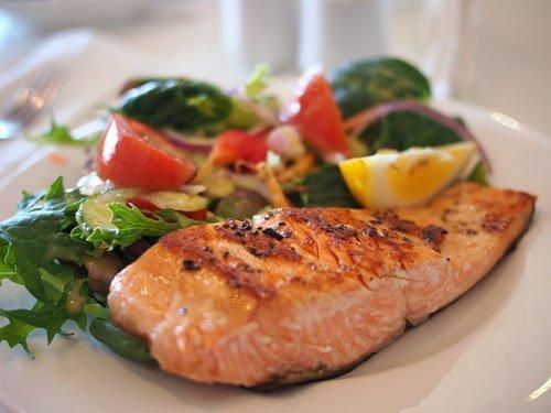 salmone al forno con insalata