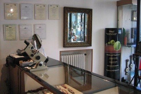 Nel negozio di Ottica Regis Serra e possibile richiedere un consulto professionale.