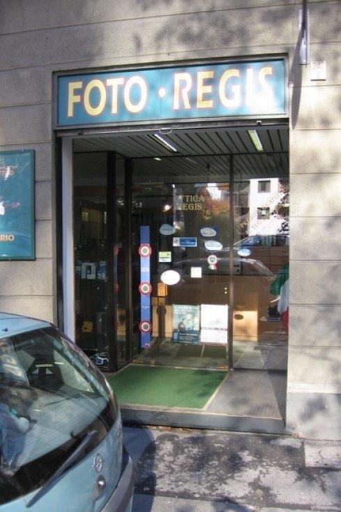 La vetrina del negozio Ottica Regis Serra.