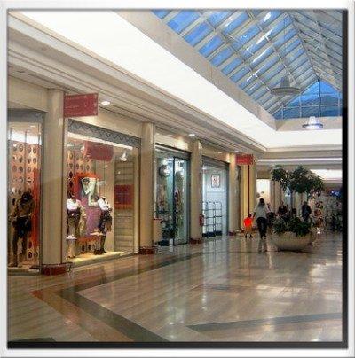 Entrate dei negozi dentro un centro commerciale