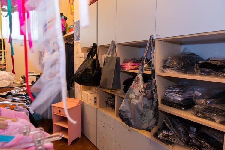 Interno del negozio con borse