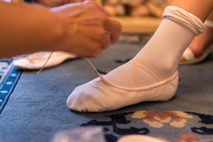 Ballerina mentre prova una scarpetta