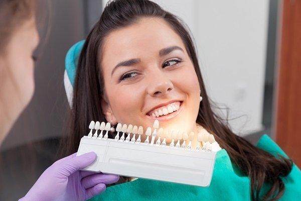 ragazza distesa su un lettino dentistico che sorride