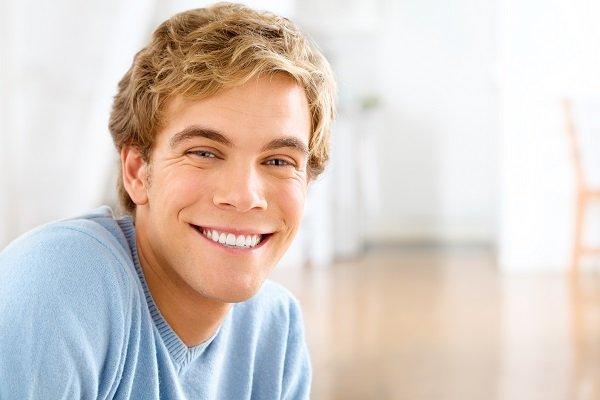 ragazzo con il sorriso bianco
