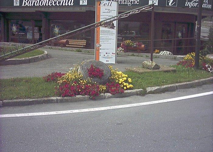 Decorazione floreale a lato strada
