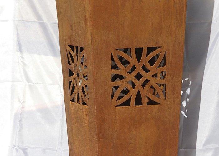Dettaglio vaso con intarsi in legno