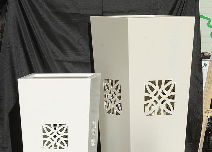 Dettaglio vasi bianchi con intarsi