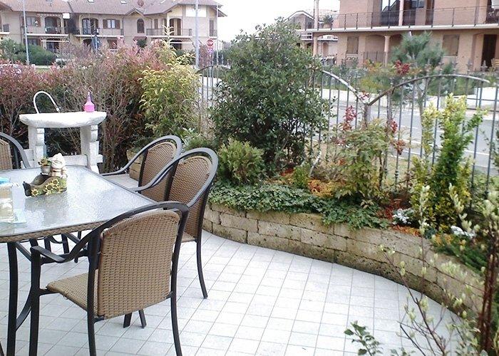 Scorcio giardino con tavolo e sedie