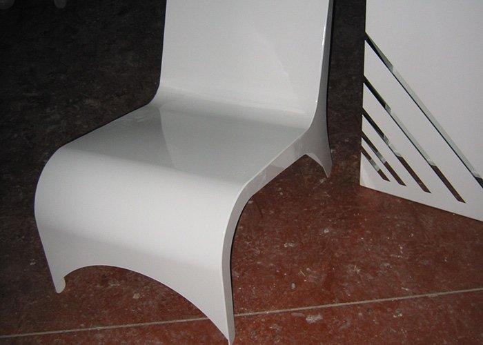 Dettaglio sedia bianca e vaso