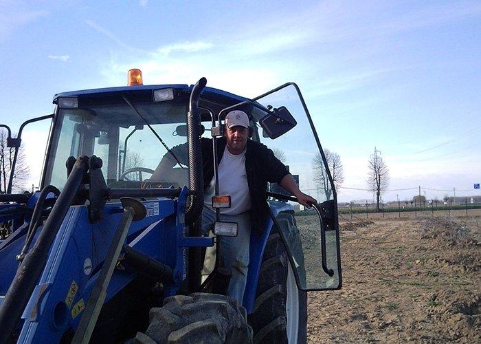 Uomo con trattore